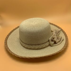 Straw hat with bow details